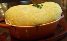 オムレツが皿からあふれんばかりで異様な雰囲気を放つ「スフレオムレツドリア」を「卵と私」で食べてきた