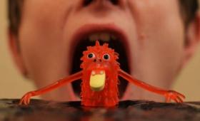 極小のロボットを「服用」して病気を治すという研究が進行中
