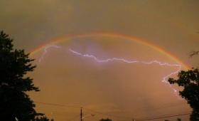 【不思議な力】虹の中に雷が閉じ込められる魔法のような現象が撮影される!