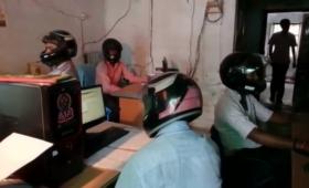 いったいなぜ?室内なのにヘルメットをかぶったまま働かなければならないオフィス(インド)