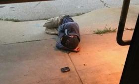 行方不明になった愛犬を探して動物保護センターの玄関前で寝泊りするホームレス男性。