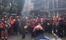 メキシコ大地震でお世話になった日本の救助隊に日本式のおじぎと日本語で感謝をするメキシコ人