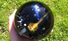 渦巻く銀河をガラス球の中にそのまま閉じ込めたような「Galaxy Glass Orb」は一体どのようにして作られるのか?