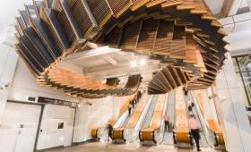 エッシャーの世界観が現実に!?幾何学的曲線の巨大なエスカレーター彫刻がエスカレーターの上に(オーストラリア)