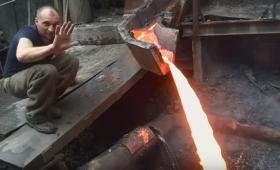 炎属性なのかよ?高熱で流れる鉱石を素手でぶった切る男性(アルマニア)