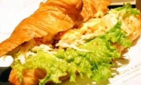 店舗限定クロワッサンサンド「たっぷり卵サラダとキャベツのトリュフの香り」をフランス発のカフェ「アンドコーヒー メゾンカイザー」2号店で食べてきました