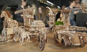 実物と同じ構造で動くレトロな風情たっぷりな馬や風車の木製模型「UGEARS」