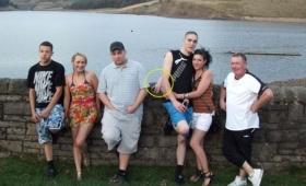 心霊写真なのか!?湖のほとりで撮影した記念写真に写り込む謎の白い手の正体は?(イギリス)
