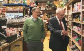 世界有数の大富豪ビル・ゲイツ&ウォーレン・バフェットがお菓子屋さんで昔を懐かしむムービー