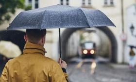 雨が降った時にふと感じる独特の匂いの正体は一体何なのか?