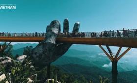 ゲームか映画を具現化したかのような「巨大な手が支える橋」