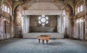 廃墟の中で、1台だけ残されたピアノの情趣的な姿を撮影した写真「ピアノの為のレクイエム」