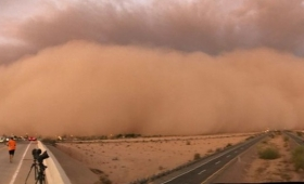 黙示録かな?アリゾナの砂漠で発生した巨大な壁のような砂嵐
