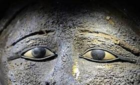 古代エジプトの秘密のミイラ工房が発見される。貴金属で飾られた仮面をつけたミイラも見つかる。