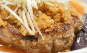 鉄板焼きのハンバーグに甘酢をかけた松屋「茄子とネギの香味醤油ハンバーグ定食」はニンニクでスタミナが付きそうな味付け