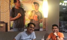 マクドナルドに勝手に自作のポスターを貼った青年たち、280万円で正式に広告出演オファーを受ける