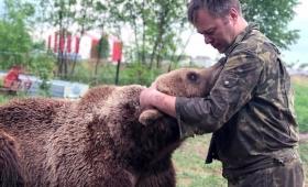パイロットは2度同じクマを救う。彼らがかつて保護した子グマを永遠に面倒を見ると決意するまでの物語(ロシア)