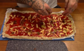 ピザ愛が止まらないから…元囚人が伝授、刑務所で入手できる材料と道具で作る「刑務所ピザ」(アメリカ)