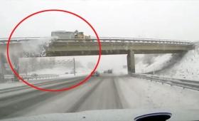 なんて日だ!陸橋をくぐろうとした瞬間、上を走行中の除雪車から雪が飛び、一瞬にして窓ガラス前面に亀裂が入る事態に(アメリカ)