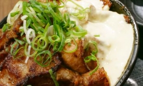 味噌だれたっぷりの爆盛り豚肉がジャンキーでやみつきになる「デンジャラス爆濃すたみな丼」を伝説のすた丼屋で食べてきた