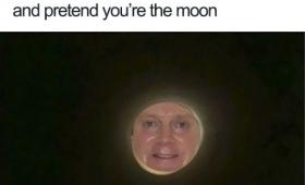トイレットペーパーの芯を抜けるとそこは月に浮かぶ顔面であった。トイレットペーパー自撮りチャレンジ