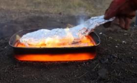 溶岩で魚を焼いてみた。グツグツの溶岩にアルミホイルで巻いた魚を投下。魚の焼き加減はどうなった!?