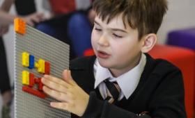 レゴブロックの突起が点字になった「LEGO Braille Bricks」が登場