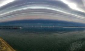 マザーシップ?UFO?不気味な巨大雲が目撃されアポカリプスを感じる人続出(アメリカ)
