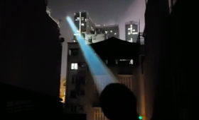 ライトセーバーかよ!2km以上離れた場所まで光が届く超強力な懐中電灯(追記あり)