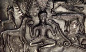 世界各地に同じモチーフが。古代の美術品に描かれた「動物たちの王」の謎