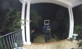 頭にブラウン管テレビを被った男が、民家の軒先に旧型テレビを次々と置いていく不可解な事案が発生(アメリカ)