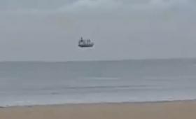 宇宙船?船が海の上に浮かんでいるようにみえる謎の映像の正体は?(ニュージーランド)