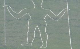 歴史的な地上絵に「マスク」が描かれる被害が発生、刑事事件へ